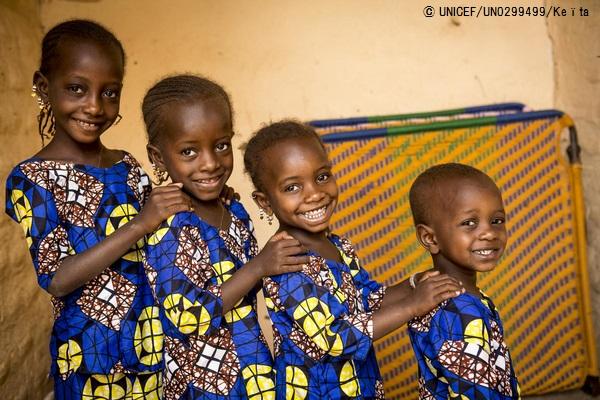 ユニセフが支援する保健センターで、はしかの治療を受け元気になったマリの3歳から7歳の子どもたち。(2019年3月撮影) (C) UNICEF_UN0299499_Keïta