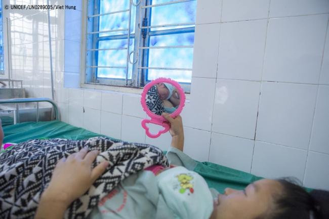 ベトナムの病院で、低体重で生まれた娘を抱く母親。(C) UNICEF_UN0289035_Viet Hung