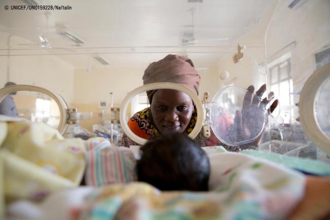 南スーダンの病院で、1,300グラムで生まれた孫を見つめる女性。母親は出産時の出血が原因で亡くなった。(C) UNICEF_UN0159228_Naftalin
