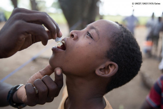 コレラの予防接種を受ける男の子。(C) UNICEF_UN0312429_Oatway