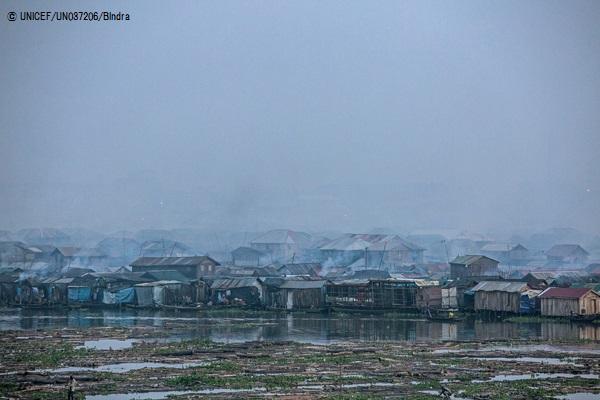 煙に包まれるナイジェリア・ラゴスの集落。(C) UNICEF_UN037206_Bindra