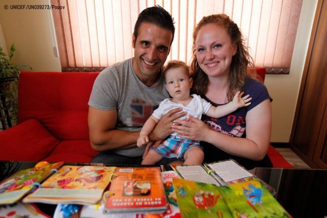 看護師が定期的に自宅訪問し、子育てのアドバイスを受けるブルガリアの家族。(C) UNICEF_UN039273_Popov