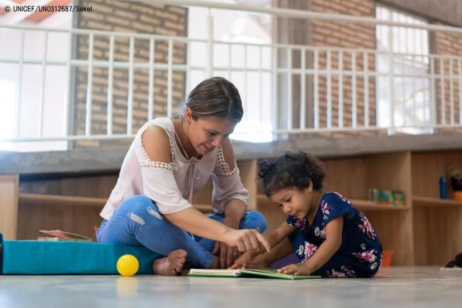 ECD(乳幼児期の子どもの発達)のプログラムを受ける2歳のセルバちゃん。(C) UNICEF_UN0312687_Sokol