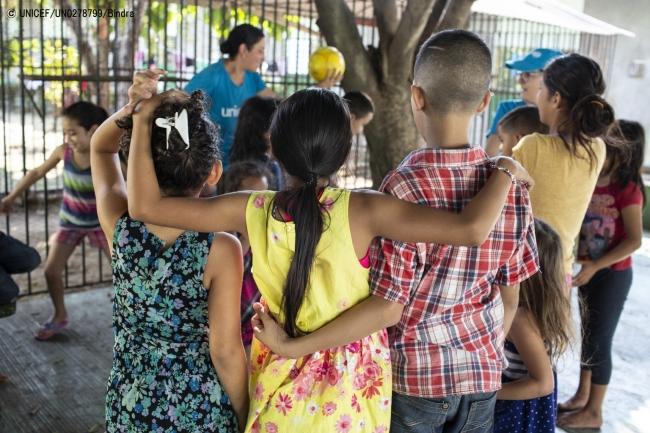 ボランティアのスタッフと遊ぶ移民の子どもたち。(2019年1月撮影) (C) UNICEF_UN0278776_Bindra