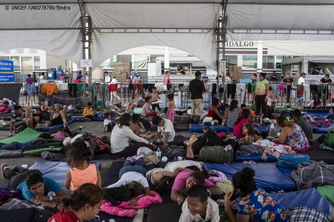 メキシコ-グアテマラ国境で、人道ビザの発給を待つ多くの家族。(2019年1月撮影) (C) UNICEF_UN0278799_Bindra