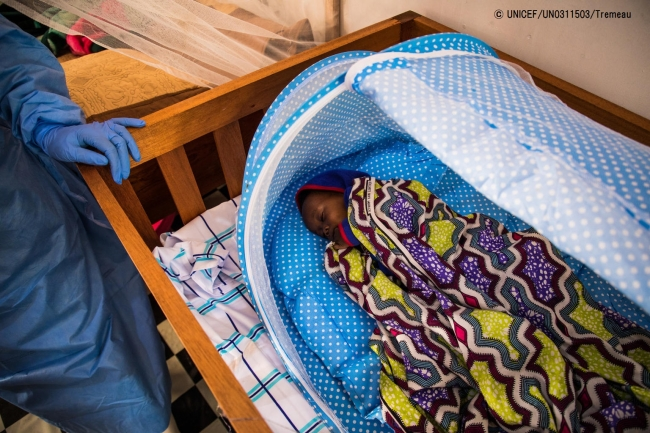 治療センターで眠るエボラ出血熱に感染した赤ちゃん。(2019年5月撮影) (C) UNICEF_UN0311503_Tremeau