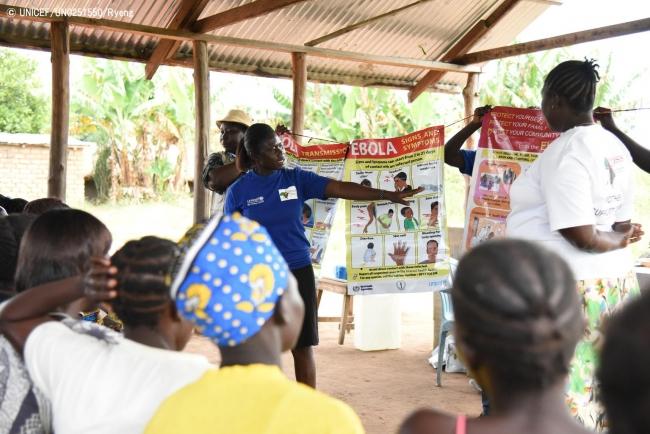 イエイの母親同士の支援グループの集会で、エボラの症状について説明を受ける住民。(2018年10月撮影) (C) UNICEF_UN0251550_Ryeng