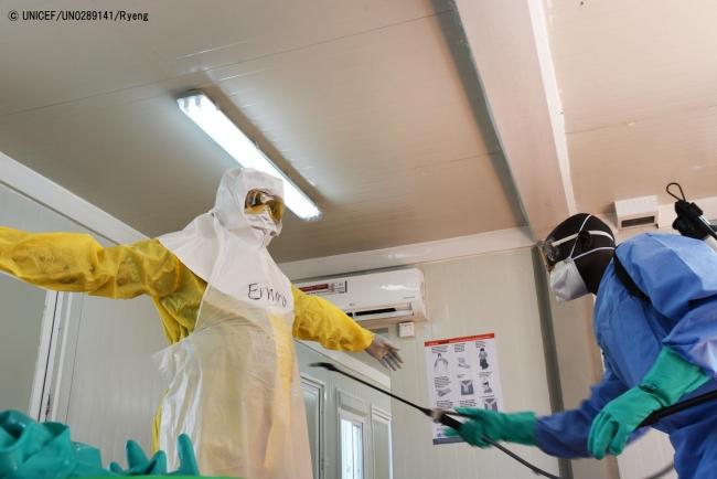 ジュバのエボラ治療センターで、防護服を脱ぐ準備をする保健員。(2019年2月撮影) (C) UNICEF_UN0289141_Ryeng
