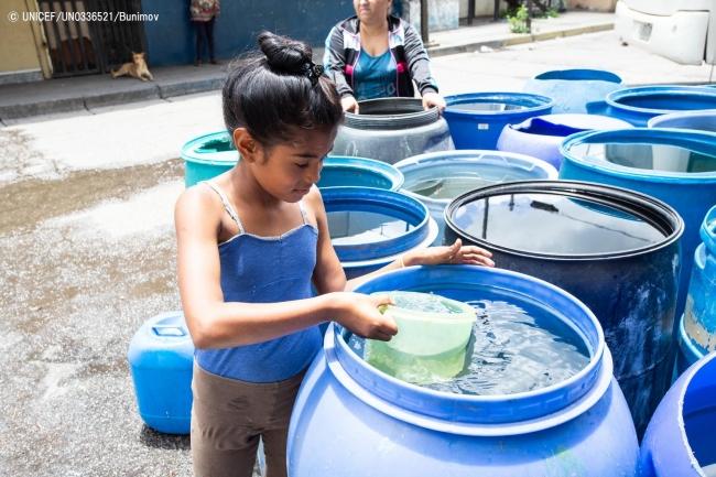 容器に水を汲む9歳のダグリアニス・ゴンサレス・サンチェスちゃん。(2019年7月25日撮影) © UNICEF_UN0336521_Bunimov
