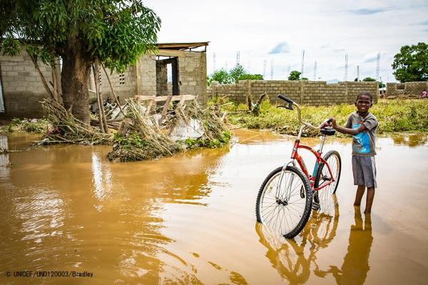 ハリケーン「イルマ」の被害が最も大きかった地域で、自転車を引くハイチの男の子。 (2017年9月撮影) (C) UNICEF_UN0120003_Bradley