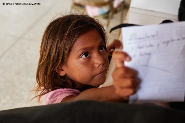 お医者さんに処方してもらった薬を手にするベネズエラの女の子。(2019年8月撮影) (C) UNICEF_UN0334564_Montico