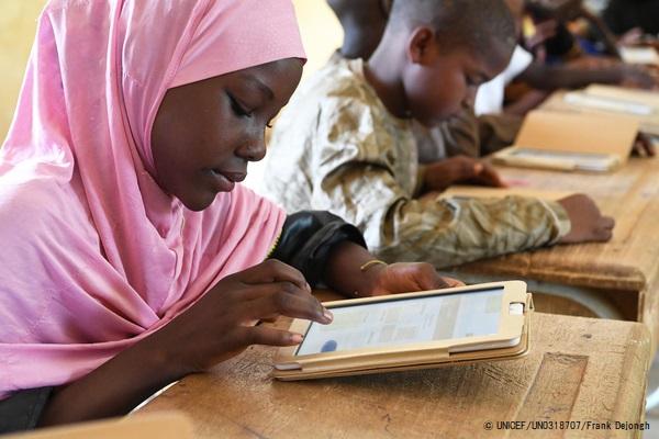 授業でタブレットを使用するニジェールの子どもたち。(2019年6月撮影) (C) UNICEF_UN0318707_Frank Dejongh