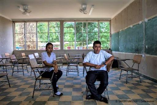 ホンジュラスで友人の自殺にショックを受ける17歳のホセリンさん(左)と16歳のダーウィンさん(右)。(2018年8月撮影) (C) UNICEF_UN0232617_Zehbrauskas