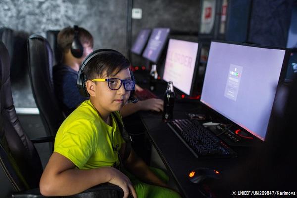 コンピュータークラブで活動するカザフスタンの14歳の女の子。(2019年8月撮影) (C) UNICEF_UNI209847_Karimova
