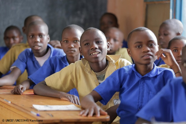 ユニセフが支援する補習クラスの授業を受けるルワンダの子どもたち。(2019年3月撮影) (C) UNICEF_UNI233449_Kanobana