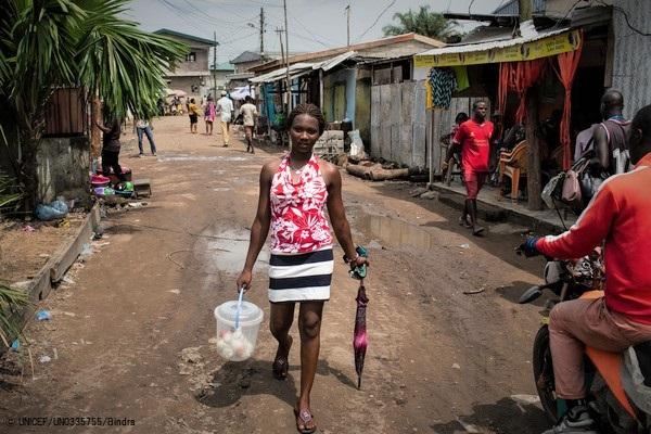 カメルーンの市場でヨーグルトを売り、家族を支える16歳のアシュリーさん。学校には3年間通えていない。(2019年5月撮影) (C) UNICEF_UN0335755_Bindra