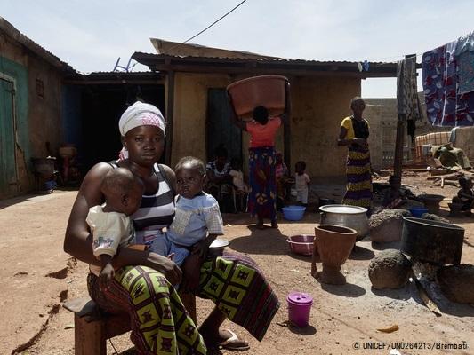 ギニアで10歳から働き始め、一度も学校へ通ったことがないと話す18歳のオウラバさん。将来への不安を抱えながら生後6カ月と1歳の赤ちゃんを育てている。(2018年11月撮影) © UNICEF_UN0264213_Brembati