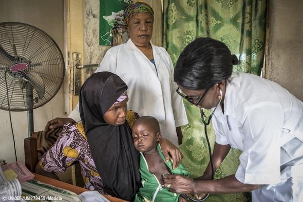 肺炎とはしかの症状があり、ナイジェリア北東部・ヨラの保健所で治療を受ける2歳の男の子。(2020年1月16日撮影) (C) UNICEF_UNI279458_Modola