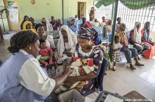 ナイジェリア北東部・ヨラの保健所で、小児用肺炎球菌ワクチン(PCV)を受ける赤ちゃん。(2020年1月15日撮影) (C) UNICEF_UNI279441_Modola