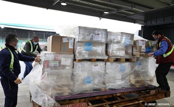 上海浦東国際空港に到着した医療従事者向けの防護服やマスクなどの支援物資。(2020年1月29日撮影) (C) UNICEF_UNI284468_