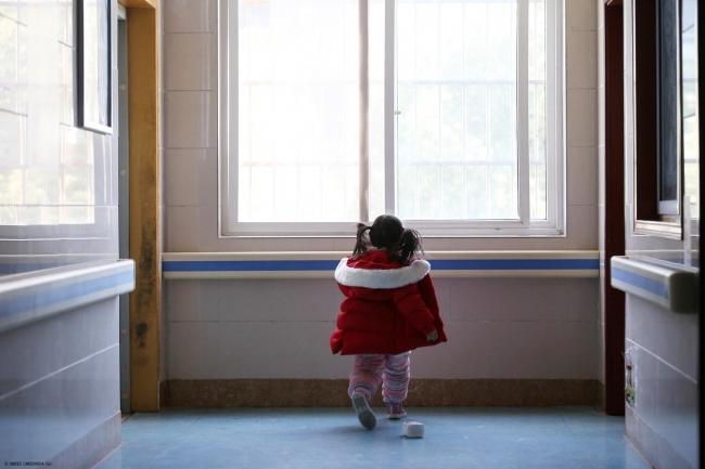 両親と祖父母が新型コロナウイルス感染で入院し、ひとり家に取り残された5歳のヤンヤンちゃん(仮名)。病院のスタッフとボランティアが彼女の面倒を見ている。(2020年2月17日撮影) (C) UNICEF_UNI304654_Cui