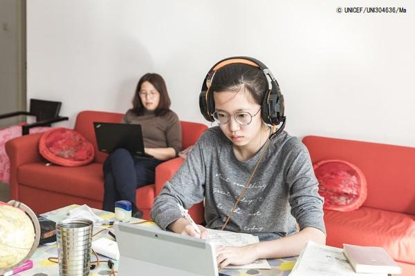 北京の自宅でオンライン授業を受ける高校2年生のシャオユウさん。(2020年2月18日撮影) (C) UNICEF_UNI304636_Ma