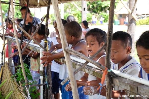石けんを使って手を洗うキリバスの子どもたち。(2019年10月撮影) (C) UNICEF_UNI220408_Pacific