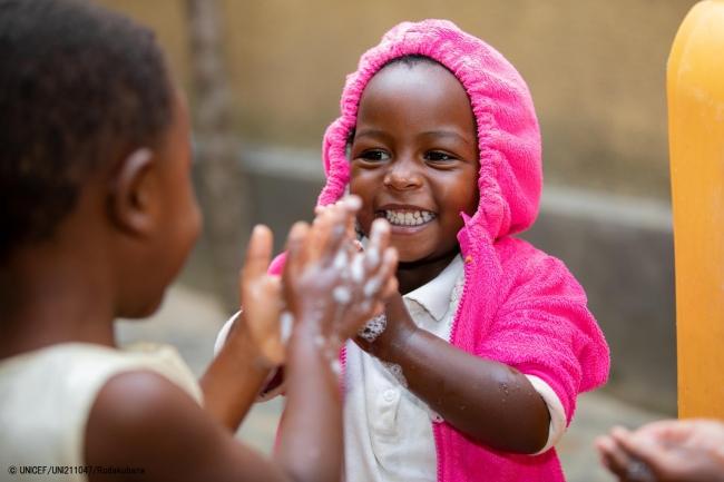 友達と一緒に石けんで手を洗うルワンダの3歳の女の子。(2019年9月撮影) (C) UNICEF_UNI211047_Rudakubana
