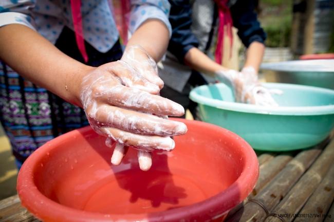 石けんで手を洗うベトナムの少数民族の子どもたち。(2014年10月撮影) (C) UNICEF_UNI310757_Viet Hung