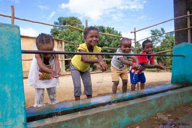 小学校の水道で手を洗うマダガスカルの子どもたち。(2020年2月17日撮影) (C) UNICEF_UNI302788_Ralaivita