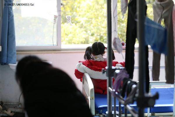 両親と祖父母が新型コロナウイルス感染で入院し、ひとり家に取り残された5歳のヤンヤンちゃん(仮名)。病院のスタッフとボランティアが彼女の面倒を見ている。 (2020年2月17日撮影) (C) UNICEF_UNI304653_Cui