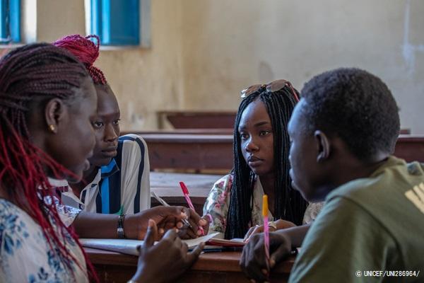 南スーダンのジュバにあるクラブで、平和についての詩を書く14歳から18歳の若者たち。(2019年1月28日撮影) (C) UNICEF_UNI286964_