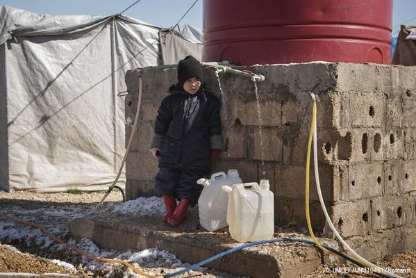 シリア北東部のロジ・キャンプで水を汲む子ども。(2020年2月11日撮影) (C) UNICEF_UNI310461_Romenzi