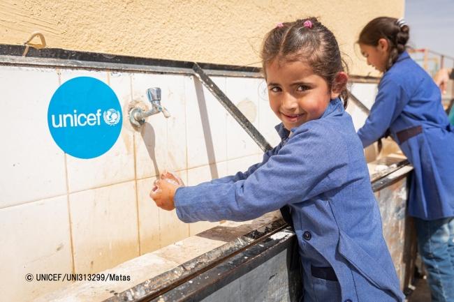 ヨルダンで正しい手洗いの方法を学び、実践する女の子。(2020年3月10日撮影)© UNICEF_UNI313299_Matas