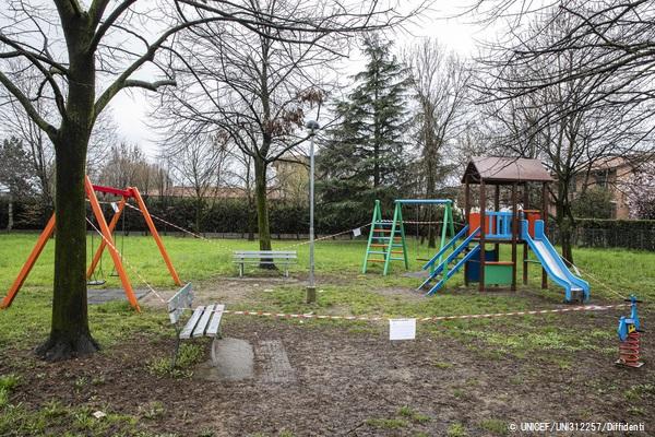 いつもは子どもで溢れるイタリアの公園も、封鎖された今は静まり返っている。(2020年3月14日撮影)