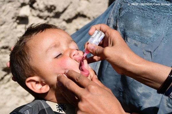 アフガニスタン・カンダハールでポリオの予防接種を受ける子ども。(2020年3月8日撮影) (C) UNICEF_UNI309846_Frank Dejongh