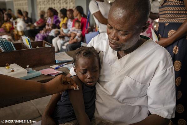 コンゴ民主共和国の保健所で、はしかの予防接種を受ける7歳のメレさん。(2020年1月28日撮影) (C) UNICEF_UNI308215_Brown