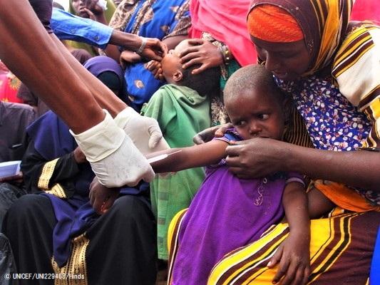 ソマリアで行われた予防接種キャンペーンで、はしかとポリオの予防接種を受ける子どもたち。(2019年11月撮影) (C) UNICEF_UNI229468_Hinds