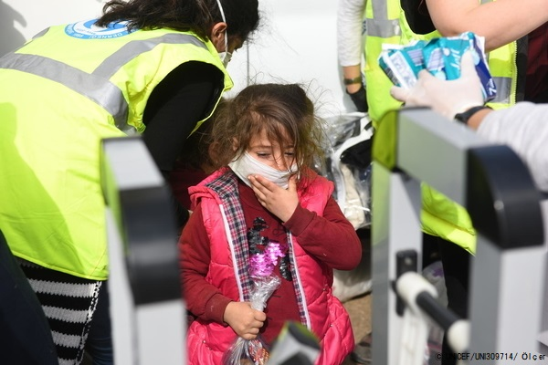 トルコ・パザルクレには、国境を越えてギリシャを目指す移民・難民が集まる。(2020年3月7日撮影) (C) UNICEF_UNI309714_Ölçer