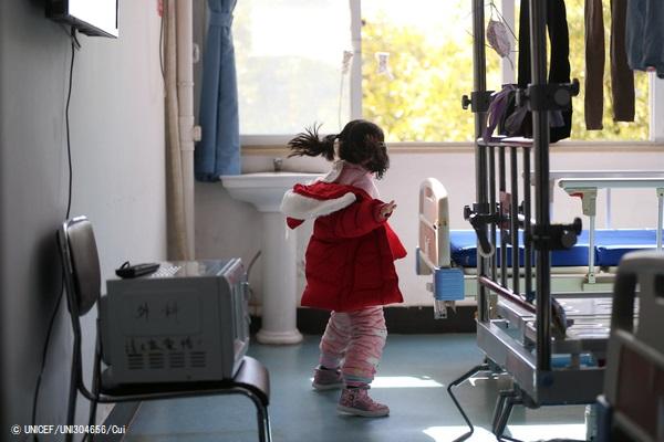 両親と祖父母が新型コロナウイルス感染で入院し、ひとり家に取り残された中国の女の子。病院のスタッフとボランティアが彼女の面倒を見ている。 (2020年2月17日撮影) (C) UNICEF_UNI304656_Cui