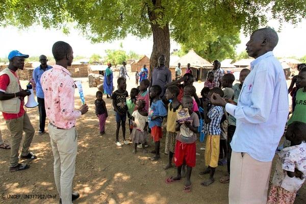 南スーダンの地域住民に新型コロナウイルスについて周知する様子。(2020年4月2日撮影) (C) UNICEF_UNI317962_Chol