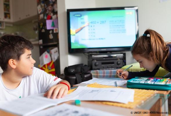 全国放送のテレビ教室プログラムを通して、自宅で勉強する北マケドニアの子どもたち。(2020年3月25日撮影) (C) UNICEF_UNI314062_Nikolovski