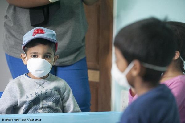 南アフリカ共和国・ヨハネスブルクの幼稚園で、COVID-19感染予防のためマスクを着用する子どもたち。(2020年3月17日撮影) (C) UNICEF_UNI316642_Mohamed