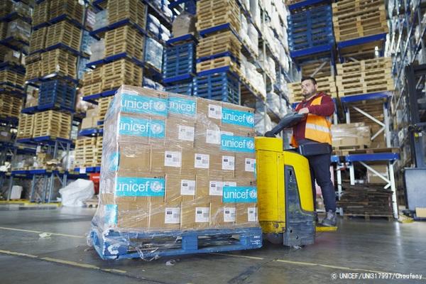 ベイルートにあるユニセフの倉庫で、最前線に立つ医療従事者へ届ける個人用防護具(PPE)を準備する様子。(2020年4月3日撮影) (C) UNICEF_UNI317997_Choufany