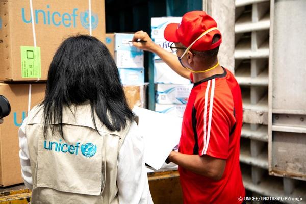 カラカスの病院に到着した医療物資を確認する様子。(2020年4月2日撮影) (C) UNICEF_UNI318349_Parraga