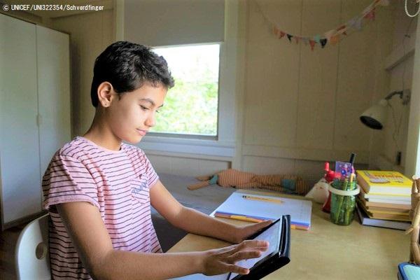 コロン県・ガンボアの自宅で、タブレットを使ってオンライン授業を受ける11歳のミラさん。(パナマ、2020年4月17日撮影) © UNICEF_UNI322354_Schverdfinger