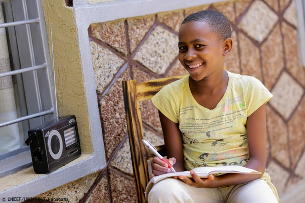 小学校が休校になり、毎日ラジオを通じて6年生の授業に取り組む11歳の女の子。(ルワンダ、2020年4月9日撮影) (C) UNICEF_UNI319832_Kanobana