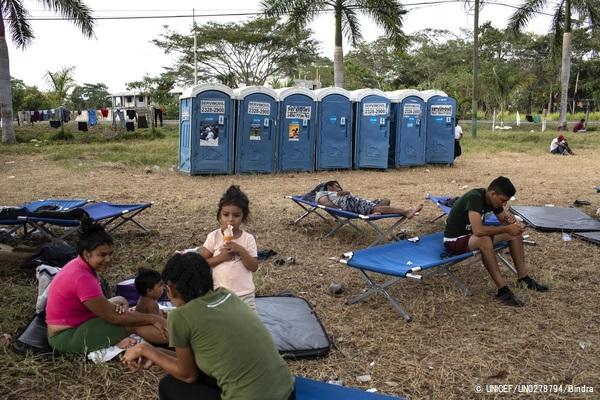 テクンウマンのメキシコ国境で人道ビザの発給を待つ移民の家族。(グアテマラ、2019年1月撮影) (C) UNICEF_UN0278794_Bindra