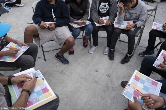 ティファナにある同伴者のいない移民の若者のための施設で、自分たちの中央アメリカからの旅について話す10代の若者たち。(メキシコ、2019年2月撮影) (C) UNICEF_UN0284774_Bindra