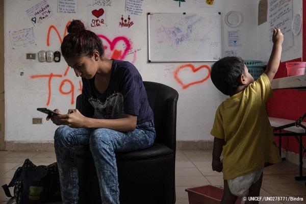 タパチュラにある同伴者のいない移民の女の子のための施設で、1歳の息子と人道ビザの発給を待つ17歳のマリアさん(仮名)。(メキシコ、2019年1月撮影) (C) UNICEF_UN0278771_Bindra